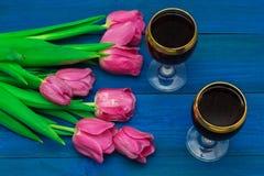 Deux verres de vin rouge et de tulipes Images libres de droits