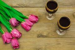 Deux verres de vin rouge et de tulipes Photo libre de droits