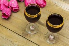 Deux verres de vin rouge et de tulipes Photo stock