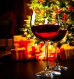 Deux verres de vin rouge sur le fond d'arbre de Noël Photo stock