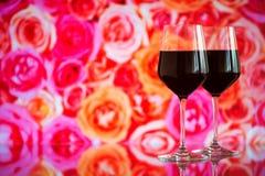 Deux verres de vin rouge sur le fond de bokeh avec des étincelles et des roses Profondeur de champ très Photo libre de droits