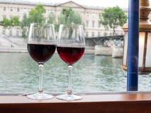 Deux verres de vin sur la croisière de rivière Image libre de droits