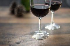 Deux verres de vin sur la table photo stock