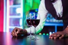Deux verres de vin sur le compteur de barre Photo libre de droits