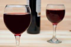 Deux verres de vin sur le fond en bois Photo stock