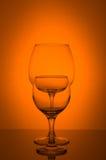 Deux verres de vin sur le fond orange Photo libre de droits