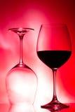 Deux verres de vin sur le rouge Images stock