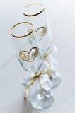 Deux verres de vin transparents de mariage avec des coeurs Photo stock