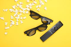 Deux verres des paires 3D, extérieur de TV, maïs éclaté images libres de droits