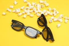 Deux verres des paires 3D, maïs éclaté image stock