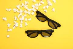 Deux verres des paires 3D, maïs éclaté photos stock