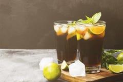 Deux verres du cocktail Cuba Libre sur un fond foncé Copiez le PS Image libre de droits