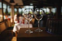 Deux verres en verre de dessous le vin ? l'arri?re-plan du restaurant Vue de c?t? image stock