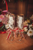 Deux verres et bouquets de la jeune mariée sur une balustrade en pierre Photographie stock