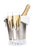 Deux verres et bouteilles de champagne dans le seau Image stock