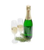 Deux verres et bouteilles de vin avec le vin mousseux, brindille de sapin Photographie stock libre de droits