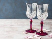 Deux verres et coeurs refoulés roses de champagne Image libre de droits