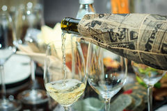 Deux verres le processus de verser le vin échantillon aveugle Image libre de droits