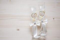 Deux verres les épousant avec des fausses pierres Photos stock