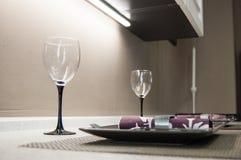 Deux verres, plats et serviettes vides sur le dessus de table préparé pour le déjeuner ou le dîner photos libres de droits