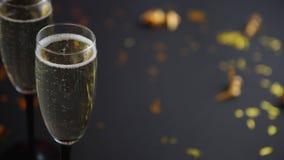 Deux verres pleins du vin de scintillement de champagne avec la décoration d'or banque de vidéos