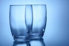 Deux verres propres vides pour la couleur de bleu de l'eau ou d'alcool Image stock
