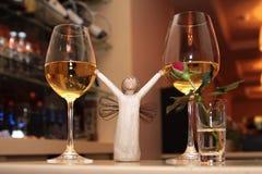 Deux verres romantiques avec du vin et l'ange Photo stock