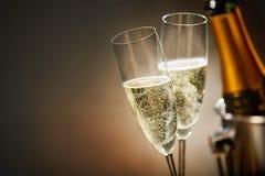 Deux verres romantiques de champagne de scintillement Photo stock