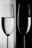 Deux verres sur la table Images stock