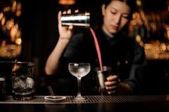 Deux verres sur le compteur de barre en métal photographie stock libre de droits