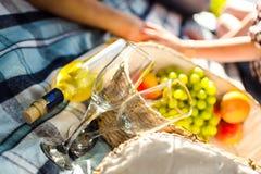 Deux verres, vin blanc et raisins, thème de pique-nique Images stock