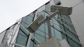 Deux vidéos surveillance devant un immeuble de bureaux moderne clips vidéos