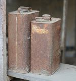 Deux vieilles boîtes rouillées en métal d'huile image stock