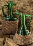 Deux vieilles bouteilles de vin vertes Images stock