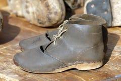 Deux vieilles chaussures en cuir photo libre de droits
