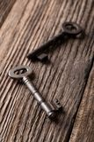 Deux vieilles clés sur le vieux conseil en bois utilisé Images stock