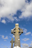 Deux vieilles croix celtiques dans un cimetière irlandais Photographie stock libre de droits