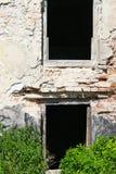 Deux vieilles fenêtres cassées Image stock