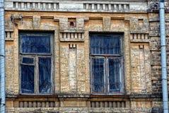 Deux vieilles fenêtres sur le mur de briques du bâtiment Photo libre de droits