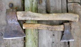 Deux vieilles haches grandes et petites sur de vieux conseils en bois photo libre de droits