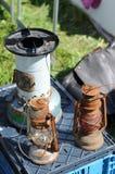 Deux vieilles lampes de kérosène sur un marché aux puces Photos stock