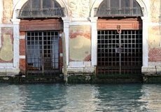 Deux vieilles portes à Venise pendant la marée basse Images stock