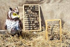 Deux vieux abaque et hibou en paille Photographie stock libre de droits