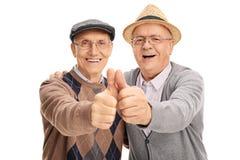 Deux vieux amis renonçant à des pouces Photos stock