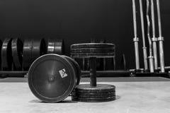 Deux vieux et haltères utilisées en métal de noir de gymnase Gymnase et équipement de forme physique Image noire et blanche image libre de droits