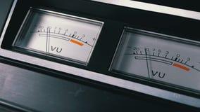 Deux vieux indicateurs analogues de signal du cadran vu avec la flèche banque de vidéos