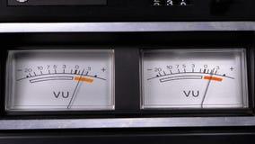 Deux vieux indicateurs analogues de signal du cadran vu avec la flèche clips vidéos