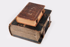 Deux vieux livres en cuir religieux de couverture Images stock