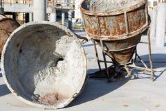 Deux vieux mélangeurs concrets rouillés énormes Image stock