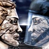 Deux visages silencieux et ciel foncé Image stock